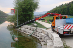 Beim Wasser pumpen